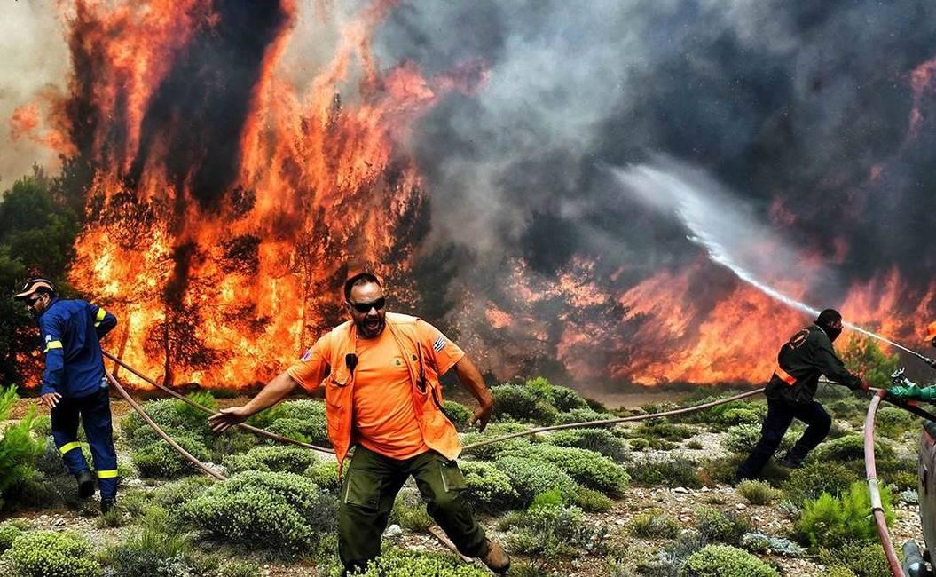 ¿Qué hay detrás de los incendios mortales en Grecia?