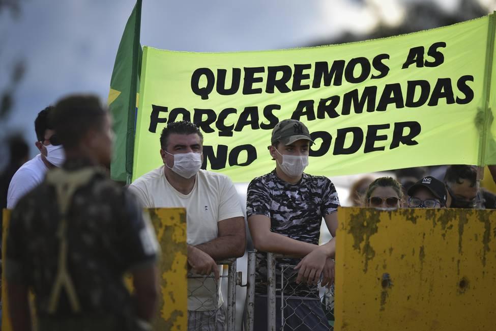 La politización de la pandemia, los féretros vacíos y el abismo brasileño